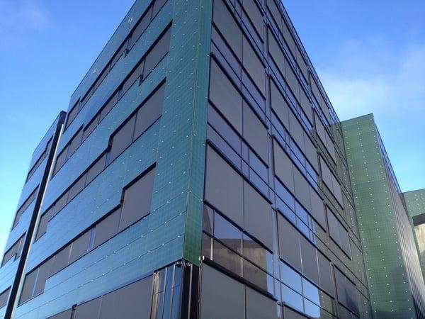 Solsmaragden i Drammen - et bygg med en BIPV fasade av grønne solcellemoduler Foto: www.fusen.no