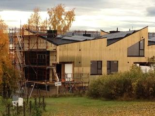Montering av solcellepaneler på vegg og tak på Ulsholtveien 91