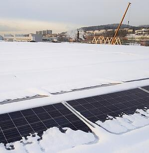 Solcellepaneler fjerner snø fra taket
