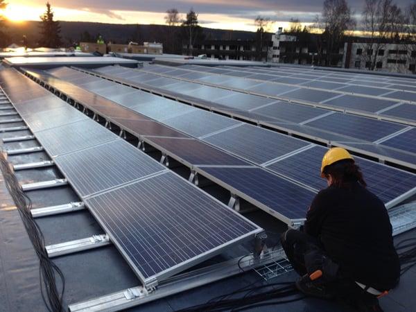 Solcellepanel på tak som installeres korrekt av montør for maksimal levetid