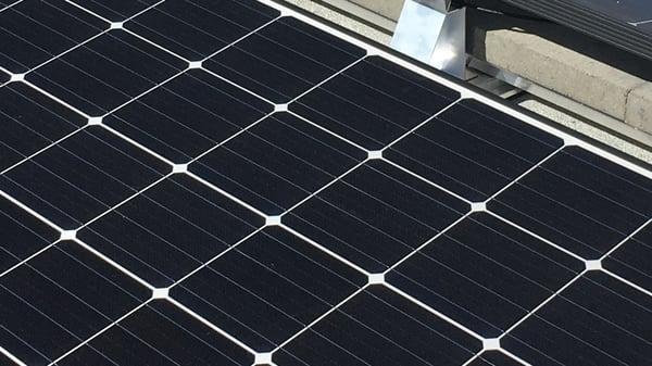 Mono-solceller på flatt tak