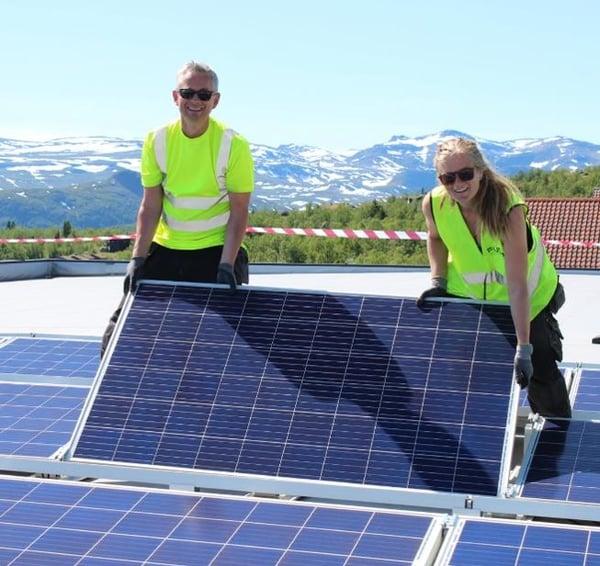 Solcellepanel monteres av fagfolk - solenergi varer lenge