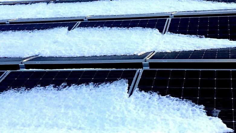 Solceller som måker snøen av taket